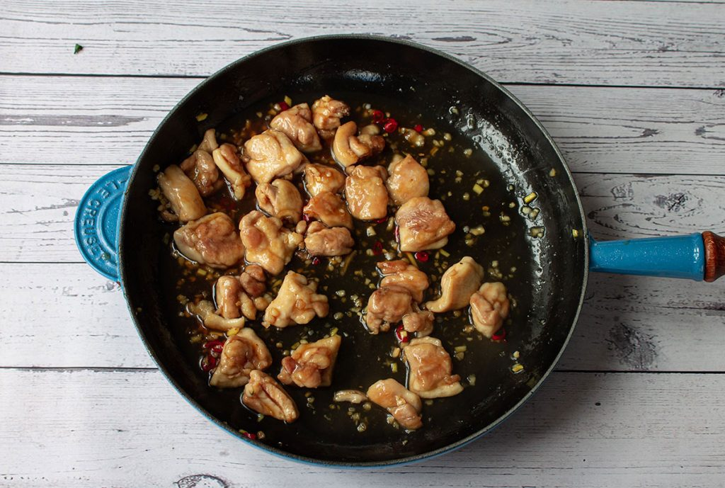 Fried chicken pieces with garlic, ginger and chilli